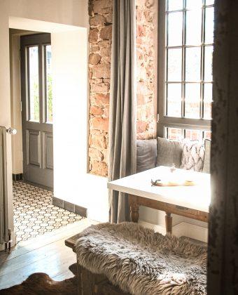 Raum mit Tisch und EingangTBY01